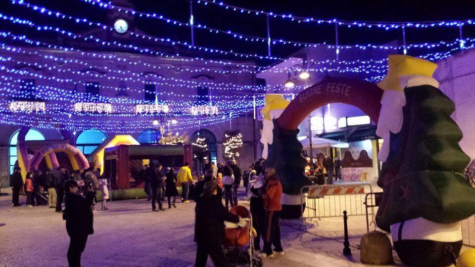 Casetta Di Natale Gonfiabile : Villaggio di babbo natale evento di natale itinerante